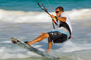 joven deportista practicando kitesurf