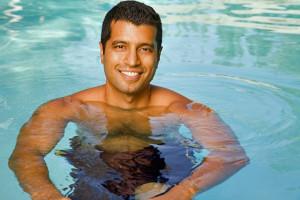 hombre en la piscina