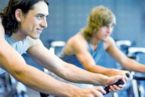 deportirstas entrenando en bicicleta estática