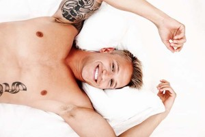 Hombre tumbado torso desnudo