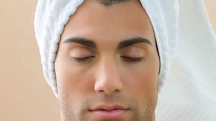 hombre con la cabeza cubierta por una toalla