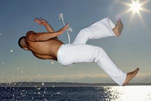 negro practicando capoeira