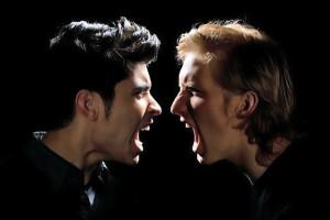 dos hombres gritando