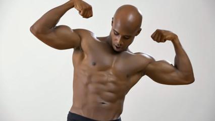 deportista mostrando músculo