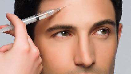 Hombre inyectándose botox