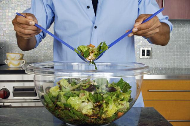 hombre preparando una ensalada