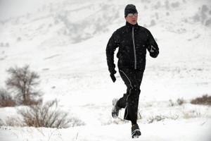deportista corriendo en la nieve