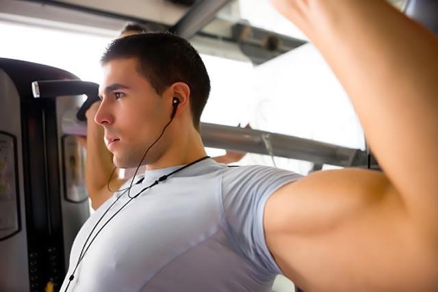 deportista practicando musculacion