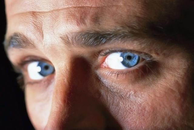 modelo de ojos azules