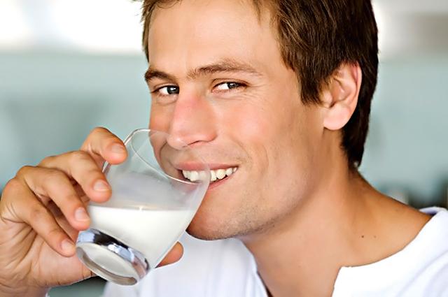 joven bebiendo leche