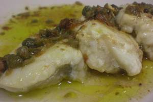 Atún con salsa de alcaparras