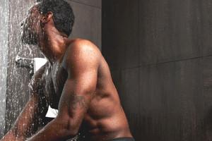 hombre de color en la ducha