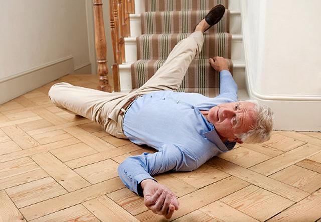 senior caído en el suelo