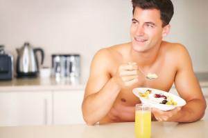 hombre desayunando