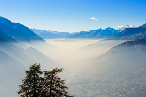 El efecto de la niebla en la montaña