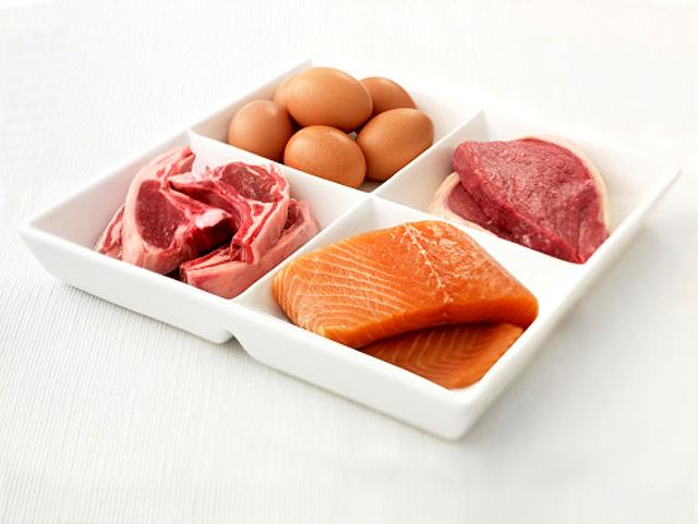 Plato de carne, pescado y huevos