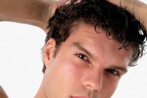 hombre tocándose el pelo