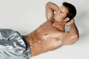 deportista practicando abdominales