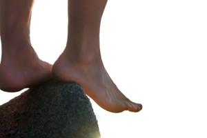 hombre con pies descalzos