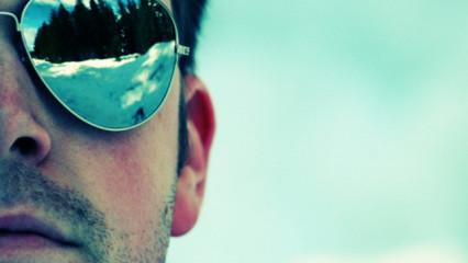 modelo con gafas de sol