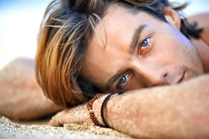 hombre tumbado en la arena