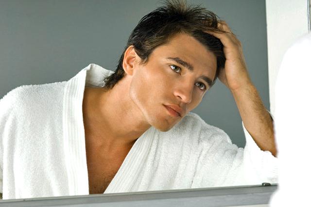 hombre mirándose en el espejo