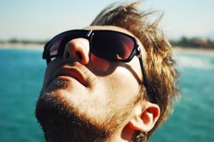 hombre con gafas de sol