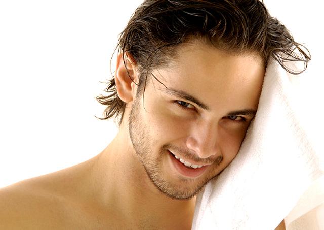Hombre secándose el pelo