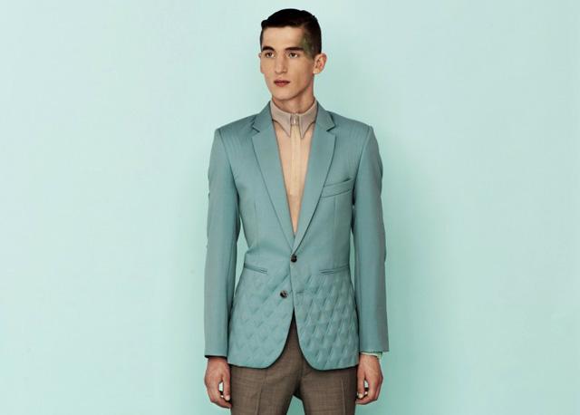 Modelo luciendo chaqueta