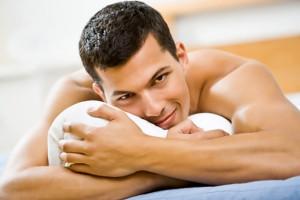 hombre desnudo encima de la cama