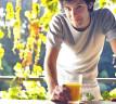 Joven tomando zumo de naranja