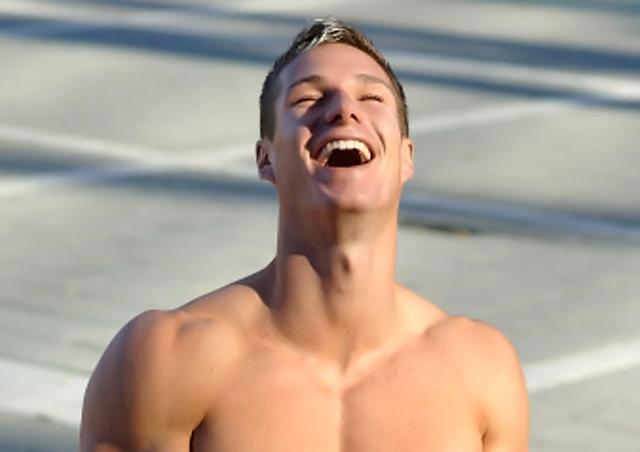 Hombre riéndose