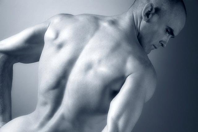 Hombre desnudo de espaldas
