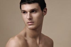 Modelo con el torso desnudo