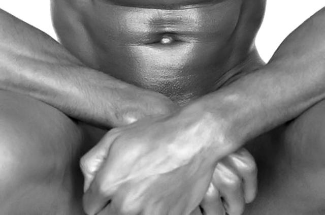 Hombre desnudo sentado