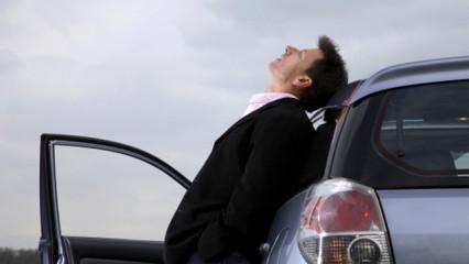 Hombre delante de su coche