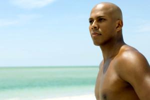 Hombre tomando el sol en la playa