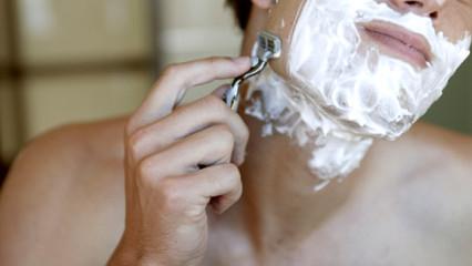 Hombre afeitándose con cuchilla