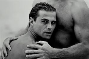 Dos hombres desnudos abrazándose