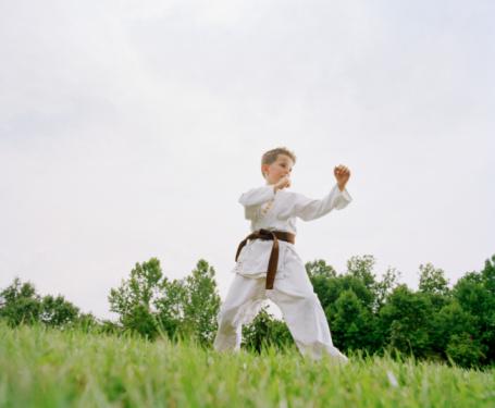 Un niño practicando artes marciales