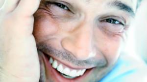 Hombre con dientes blancos