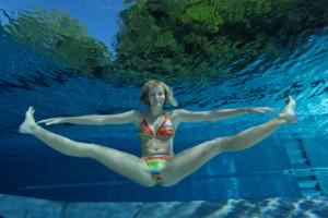 Chica prácticando aquafitness