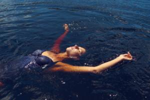 como flotar en el agua