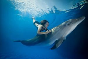 Mujer con un delfín