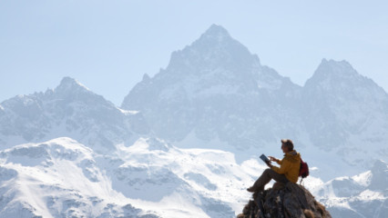 Hombre solo en la montaña