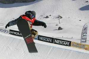 Snowboarder_in_halfpipe