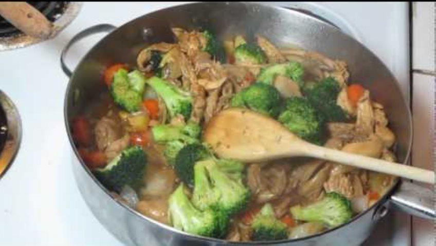 Pollo con guarnición de brócolis y champiñones