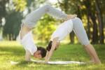 Practicar yoga en pareja