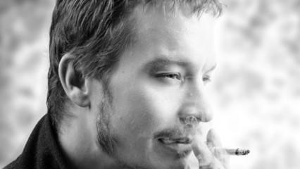 Hombre con cigarrillo