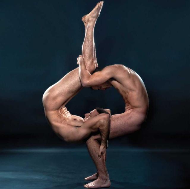 Pareja haciendo yoga